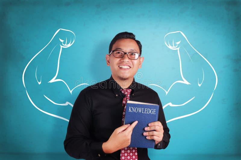 Hombre de negocios Inner Power y libro del conocimiento fotografía de archivo libre de regalías