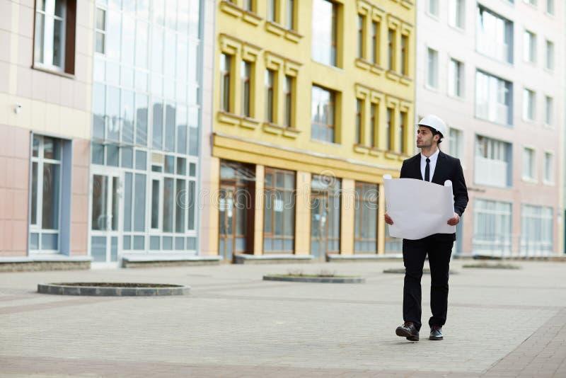 Hombre de negocios Inspecting Site foto de archivo