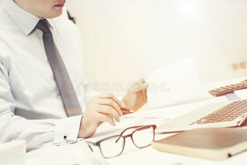 Hombre de negocios irreconocible que trabaja en oficina foto de archivo