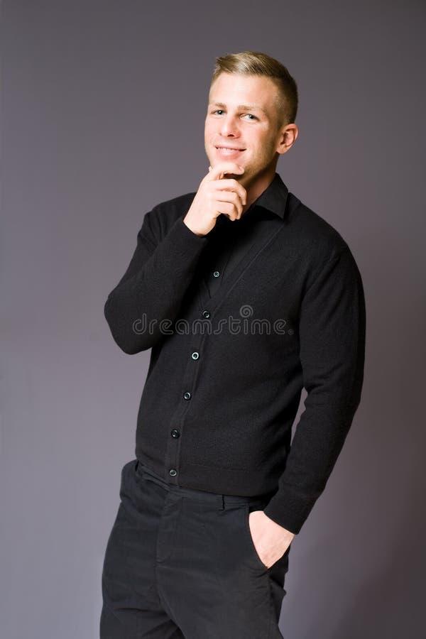 Hombre de negocios joven alegre cómodo. imagen de archivo