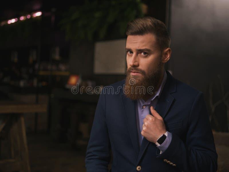 Hombre de negocios joven alegre con la barba en café foto de archivo