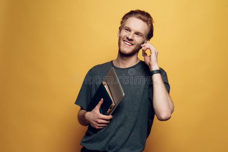 Hombre de negocios joven alegre Holding Laptop del retrato imágenes de archivo libres de regalías
