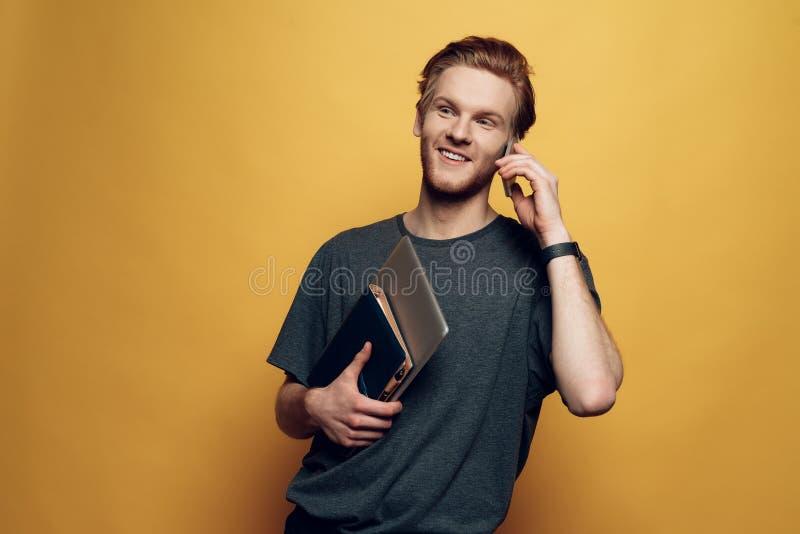 Hombre de negocios joven alegre Holding Laptop del retrato imagenes de archivo
