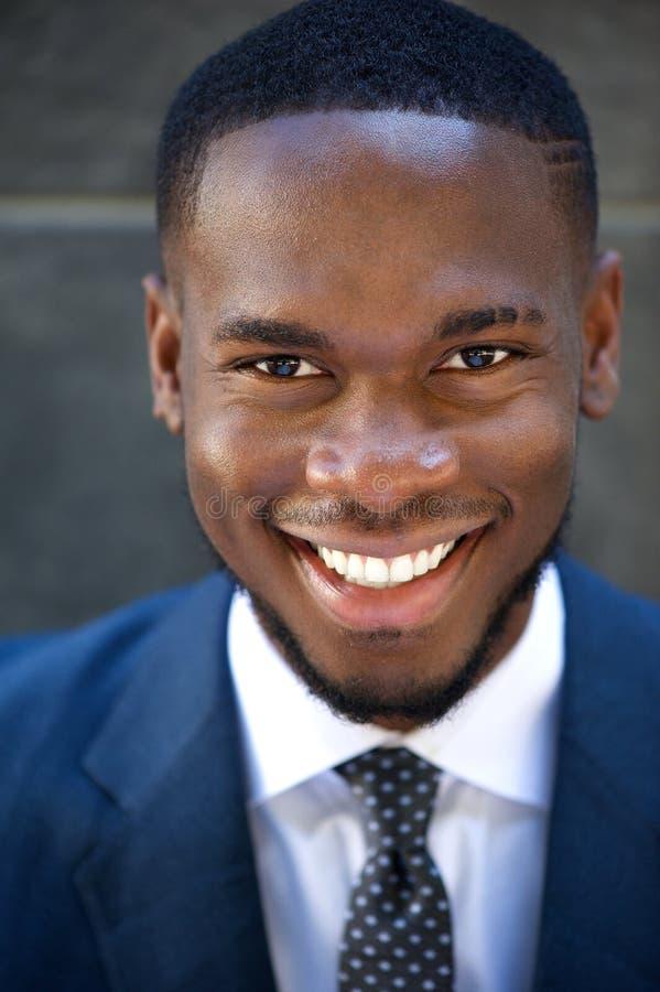 Hombre de negocios joven amistoso feliz fotos de archivo