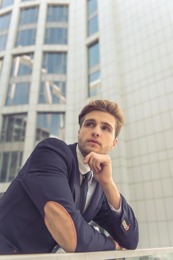 Hombre de negocios joven atractivo imágenes de archivo libres de regalías