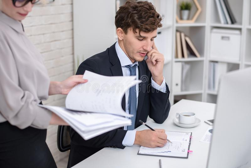 Hombre de negocios joven Busy Working en oficina foto de archivo