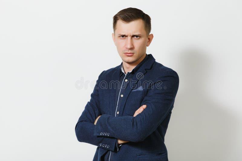 Hombre de negocios joven caucásico hermoso aislado en el fondo blanco Encargado, trabajador Copie el espacio para el anuncio fotos de archivo