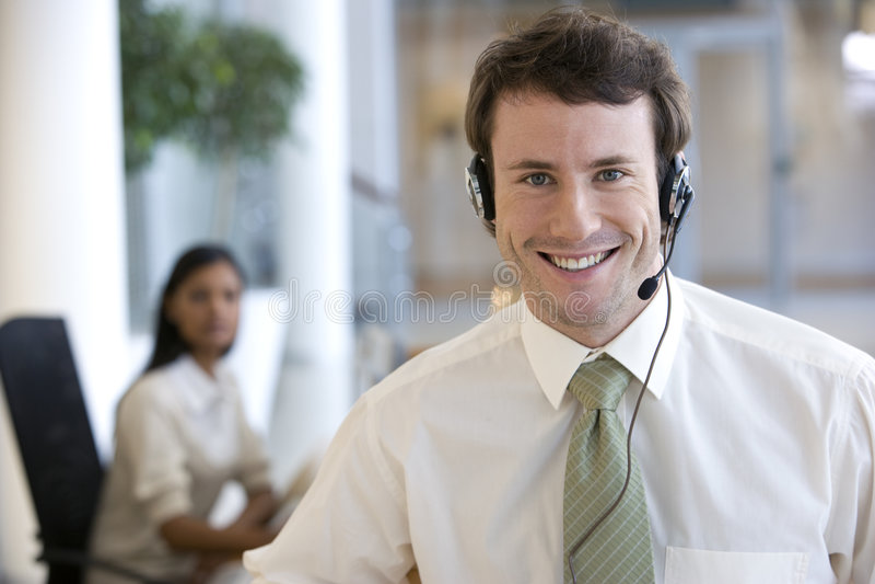 Hombre de negocios joven con el receptor de cabeza imágenes de archivo libres de regalías