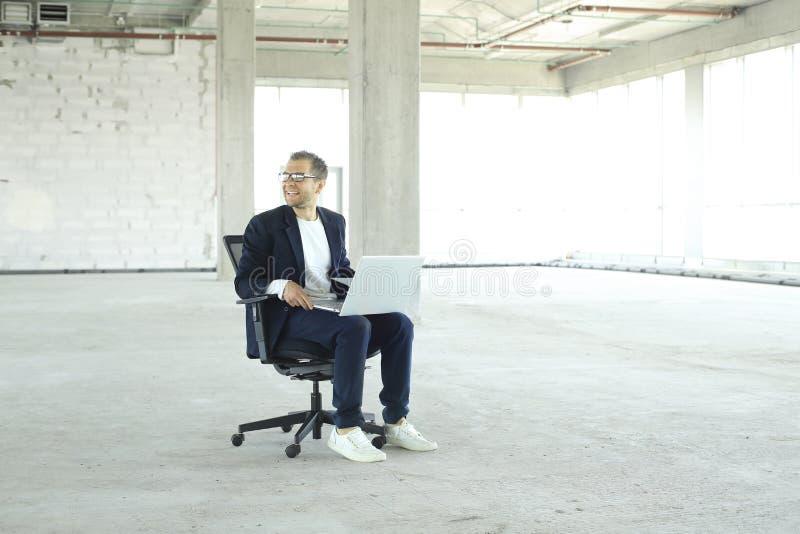 Hombre de negocios joven con la computadora port?til foto de archivo