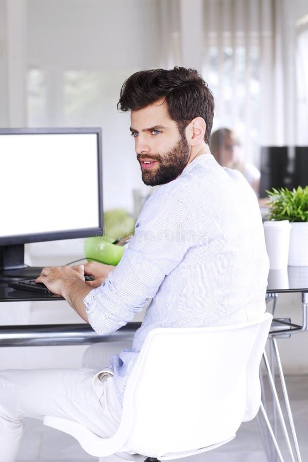 Hombre de negocios joven con la tableta digital fotos de archivo
