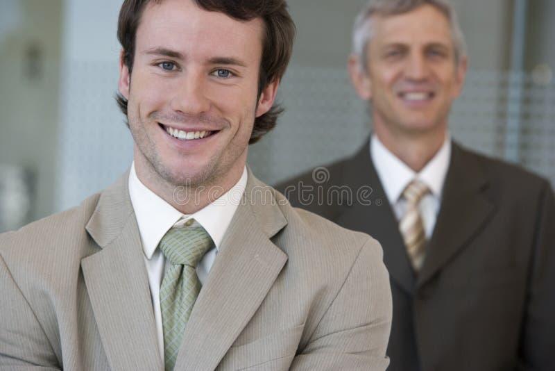 Hombre de negocios joven con una c más vieja imagen de archivo