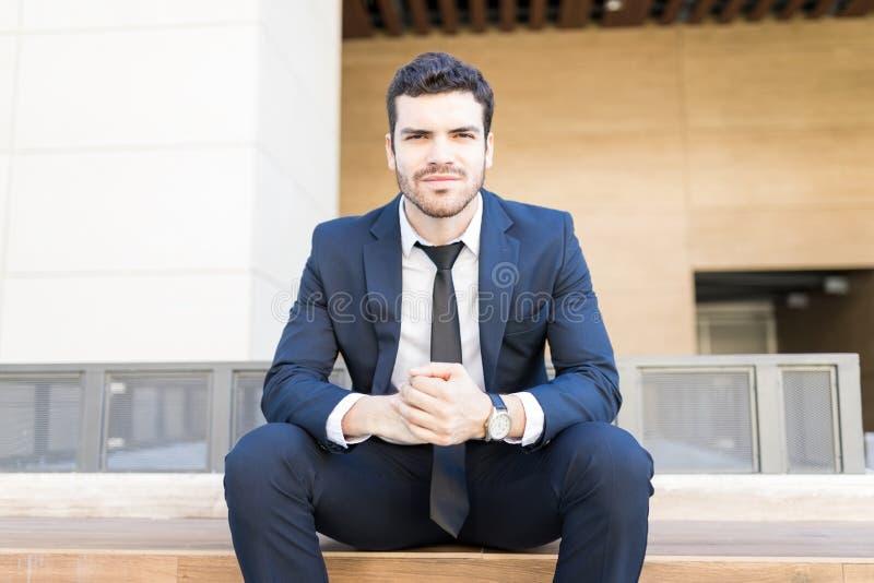 Hombre de negocios joven confiado Looking Powerful fotografía de archivo