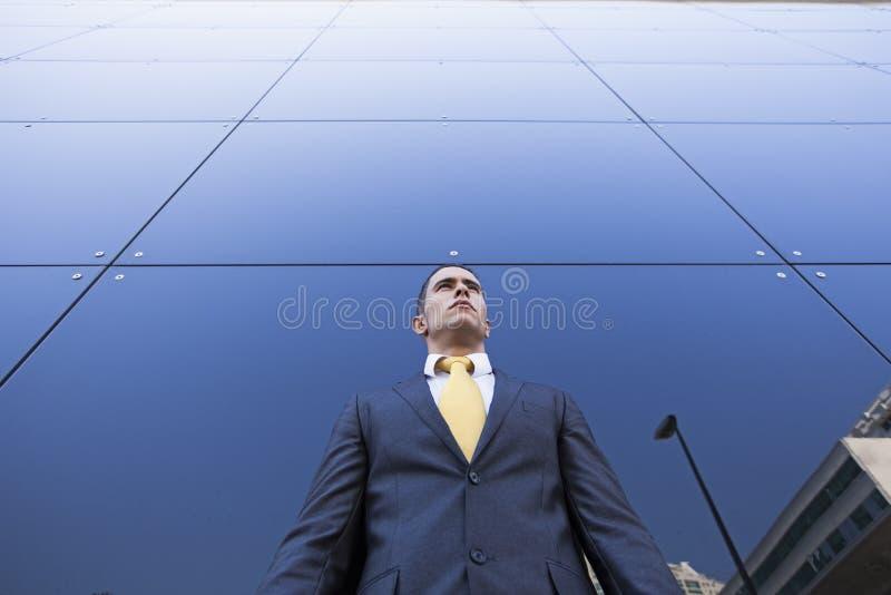 Hombre de negocios joven confidente imagen de archivo