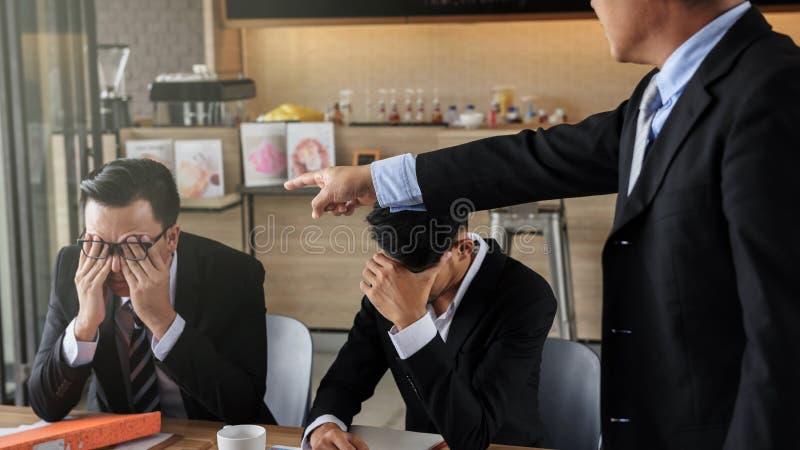 Hombre de negocios joven culpado y subrayado por el jefe fotografía de archivo