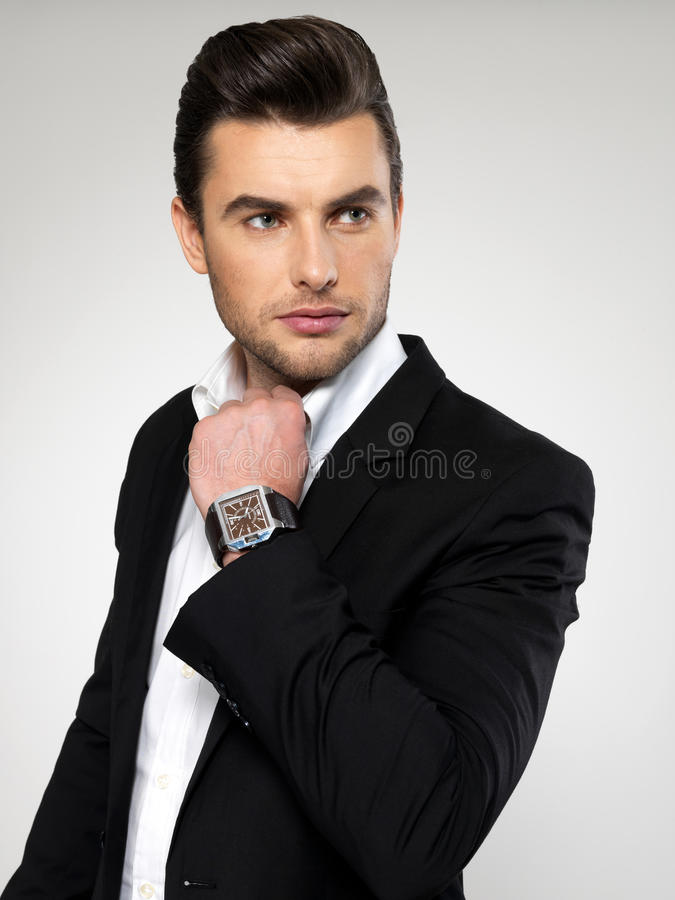 Hombre de negocios joven de la moda en traje negro imagen de archivo libre de regalías