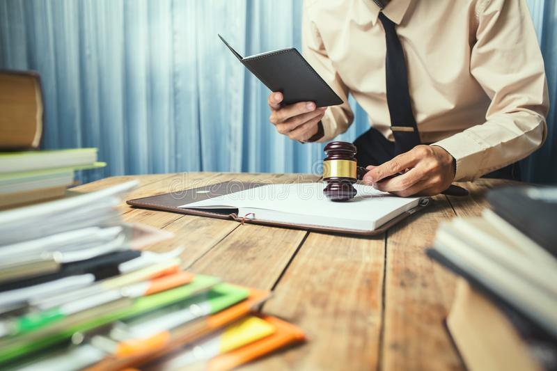 Hombre de negocios joven del abogado que trabaja ayuda superior dura su ingenio del cliente fotos de archivo libres de regalías