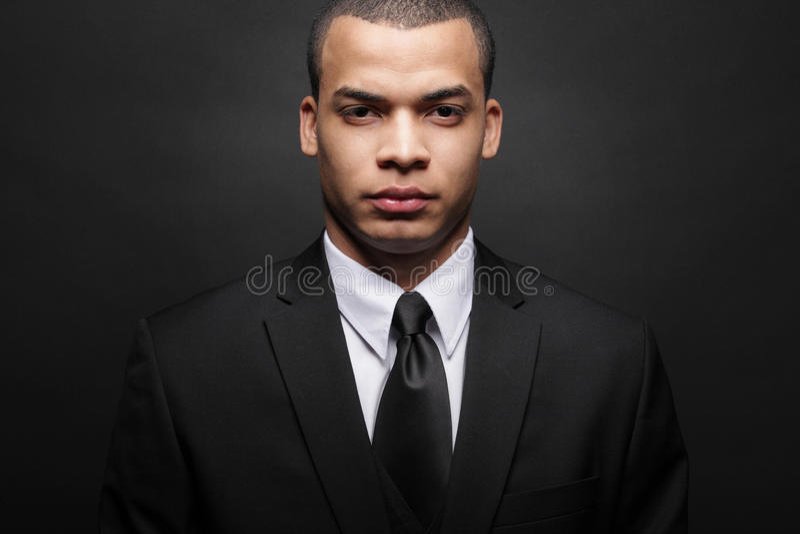 Hombre de negocios joven del African-American en juego negro. foto de archivo libre de regalías