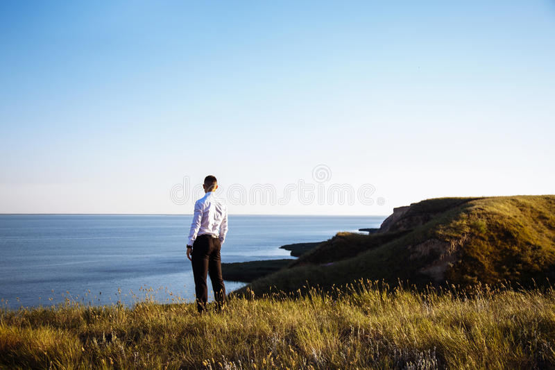 Hombre de negocios joven del retrato en cara del traje al mar imagen de archivo