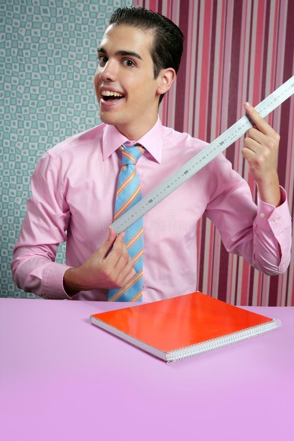 Hombre de negocios joven divertido con la regla de medición fotografía de archivo