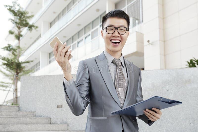 Hombre de negocios joven emocionado imágenes de archivo libres de regalías