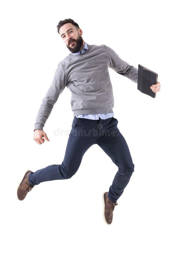 Hombre de negocios joven emocionado alegre que celebra éxito y el salto fotos de archivo