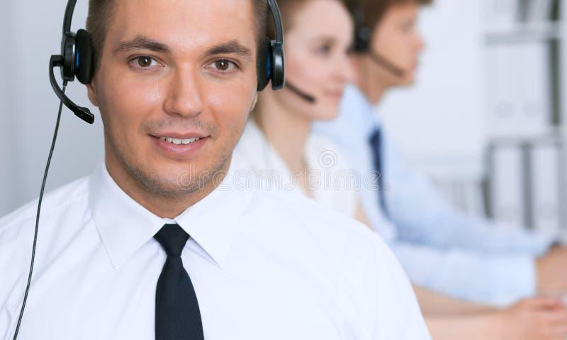 Hombre de negocios joven en auriculares Centro de atención telefónica fotos de archivo