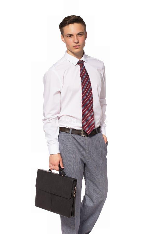 Hombre de negocios joven en camisa y lazo con la cartera fotos de archivo