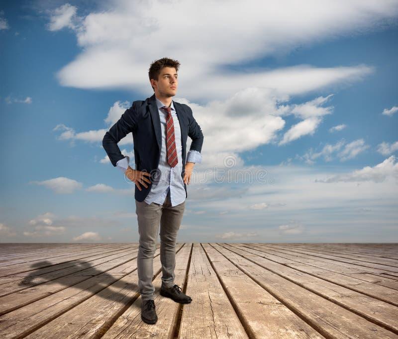 Hombre de negocios joven en el embarcadero foto de archivo
