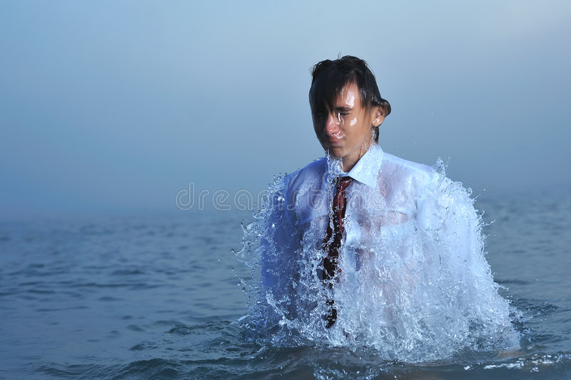Hombre de negocios joven en el mar foto de archivo libre de regalías