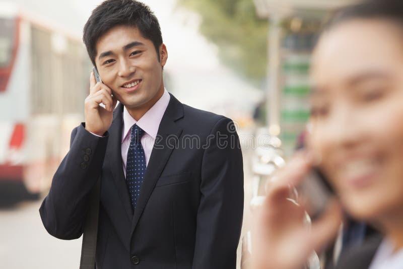 Hombre de negocios joven en el teléfono, retrato, Pekín fotos de archivo libres de regalías