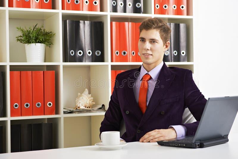 Hombre de negocios joven en el trabajo fotos de archivo
