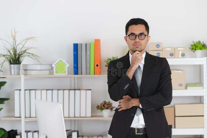 Hombre de negocios joven en el trabajo foto de archivo