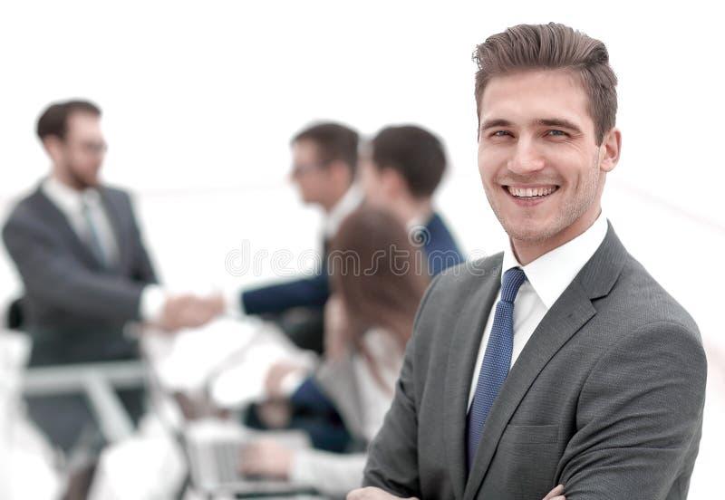 Hombre de negocios joven en fondo borroso de la oficina fotos de archivo