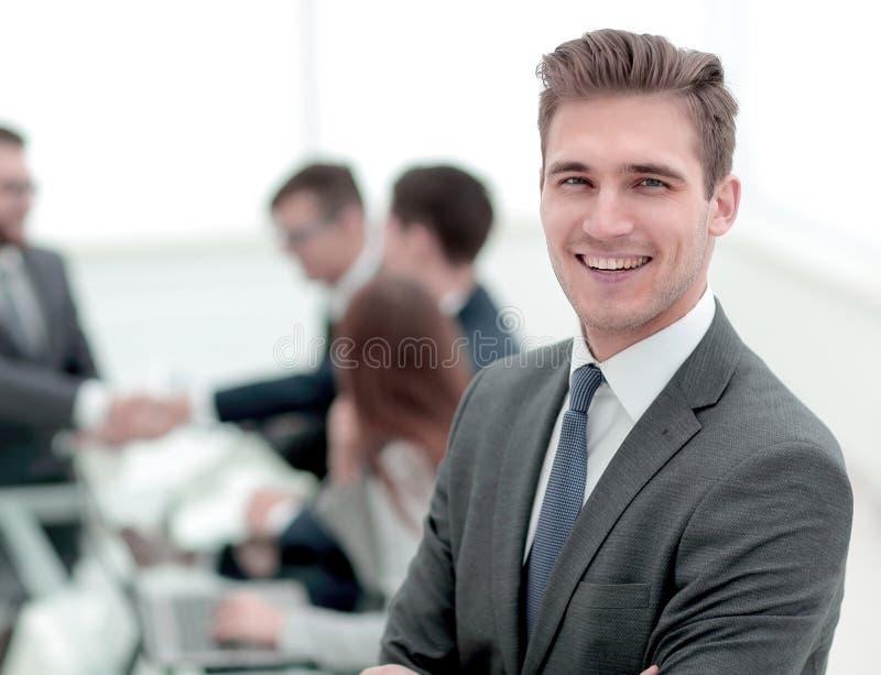 Hombre de negocios joven en fondo borroso de la oficina imagen de archivo