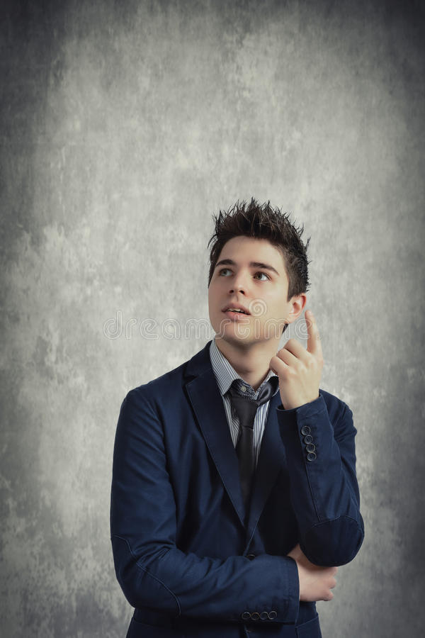 Hombre de negocios joven en gris imágenes de archivo libres de regalías