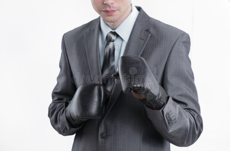Hombre de negocios joven en guantes de boxeo Aislado en blanco imagen de archivo libre de regalías