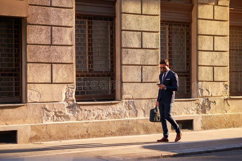 Hombre de negocios joven en la calle fotos de archivo