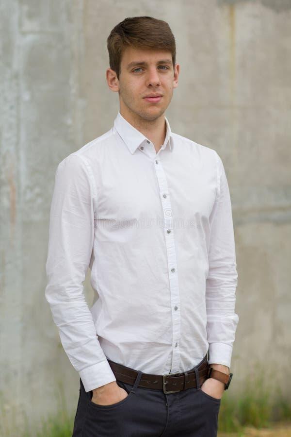 Hombre de negocios joven en la camisa blanca afuera foto de archivo libre de regalías