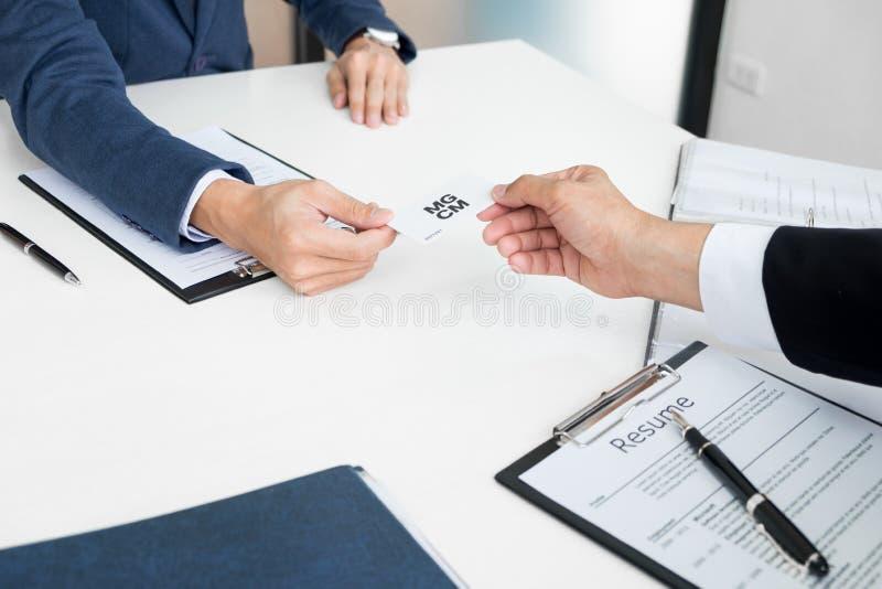 hombre de negocios joven en la entrevista de alquiler en la oficina, encontrándose imagen de archivo libre de regalías