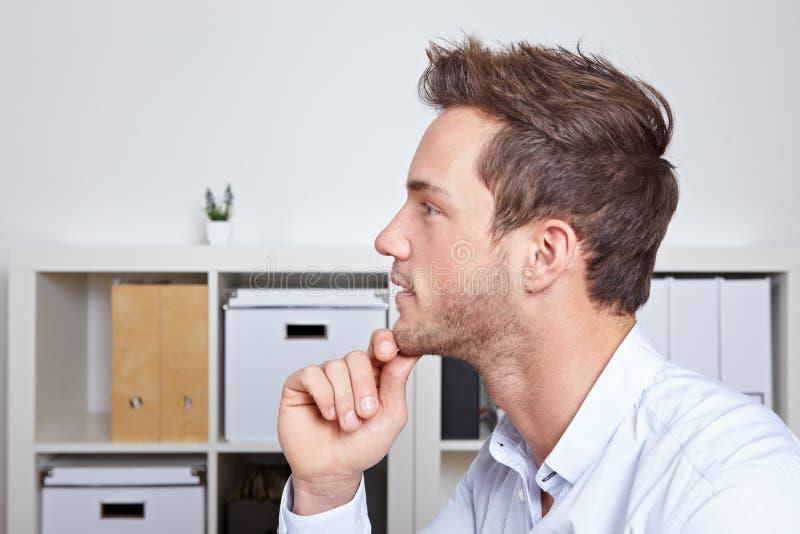 Hombre de negocios joven en la opinión del perfil fotografía de archivo libre de regalías