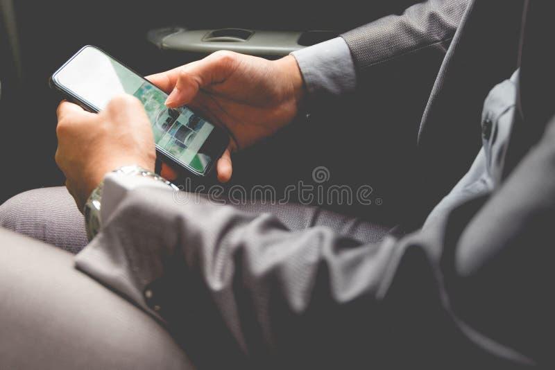 Hombre de negocios joven en la parte posterior del coche foto de archivo