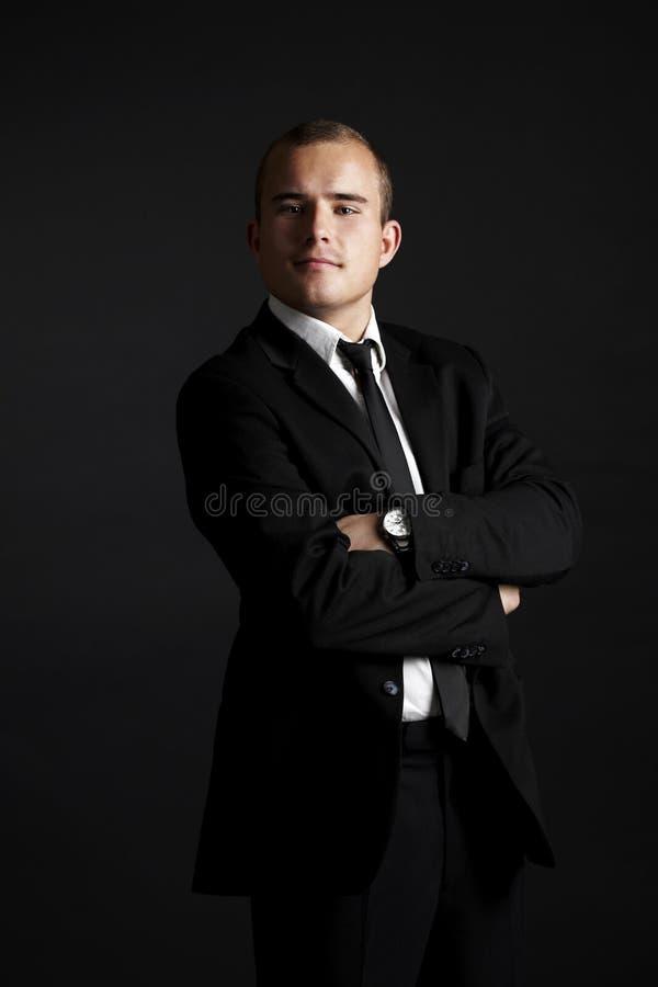 Hombre de negocios joven en negro foto de archivo libre de regalías