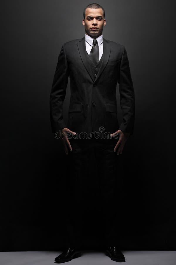 Hombre de negocios joven en un juego negro. imagen de archivo libre de regalías