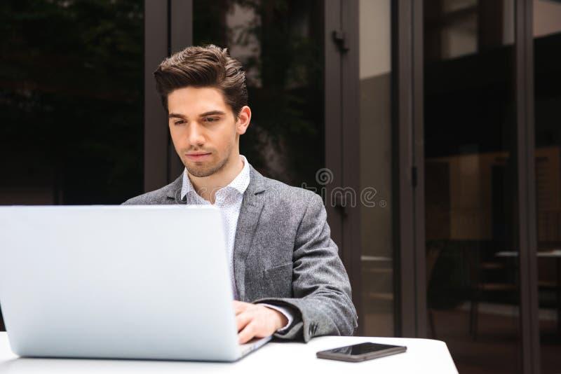 Hombre de negocios joven enfocado vestido en el funcionamiento del traje fotos de archivo libres de regalías