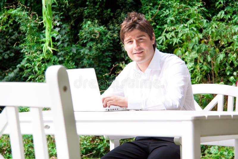 Hombre de negocios joven feliz al aire libre con la computadora portátil imágenes de archivo libres de regalías