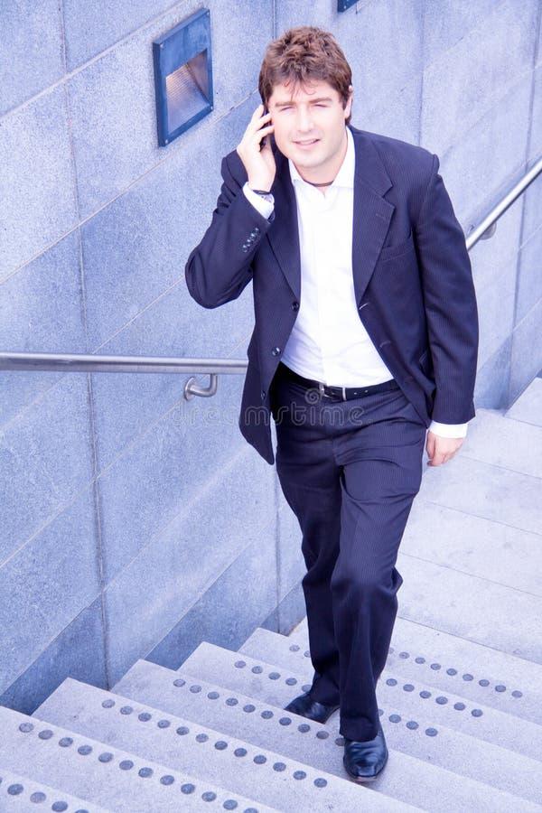 Hombre de negocios joven feliz con el teléfono celular fotos de archivo libres de regalías