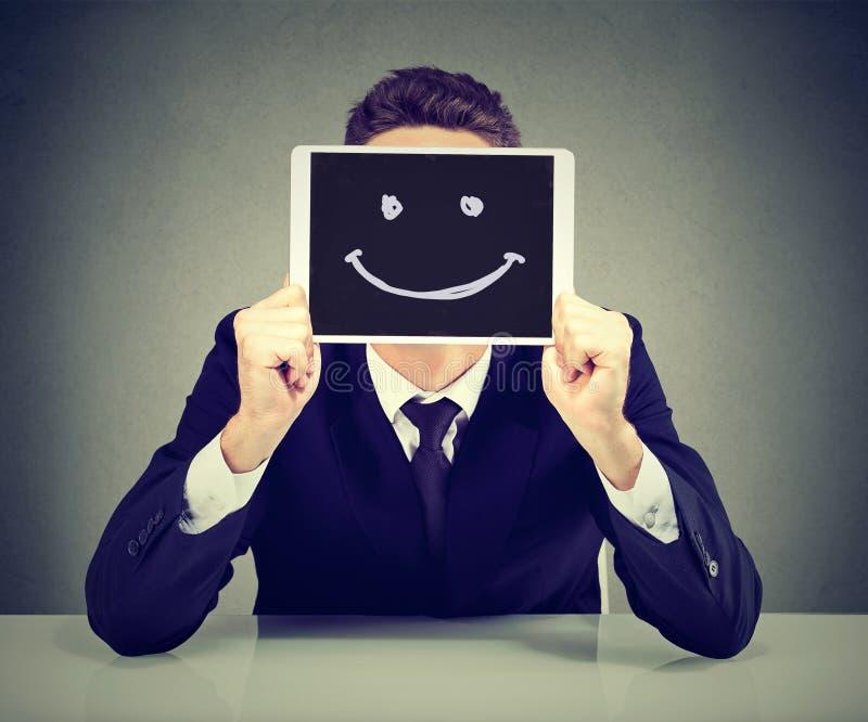 Hombre de negocios joven feliz con la tableta foto de archivo libre de regalías