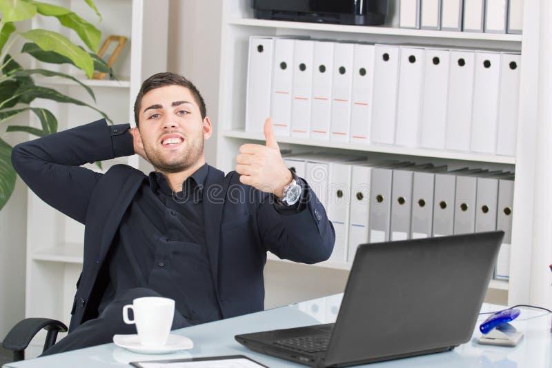 Hombre de negocios joven feliz en la pausa fotografía de archivo