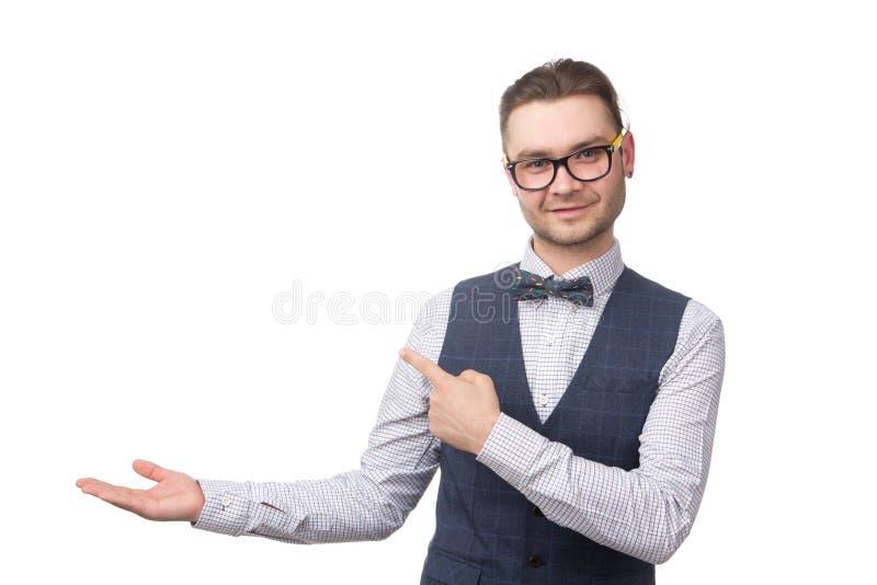 Hombre de negocios joven feliz que presenta y que promueve aislado en blanco imágenes de archivo libres de regalías