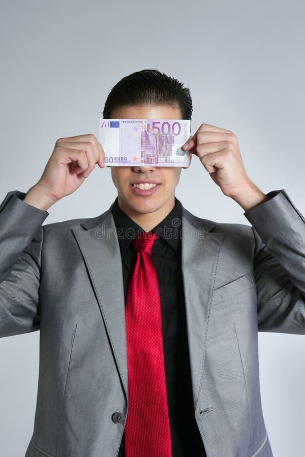 Hombre de negocios joven formal con la nota del euro 500 fotos de archivo